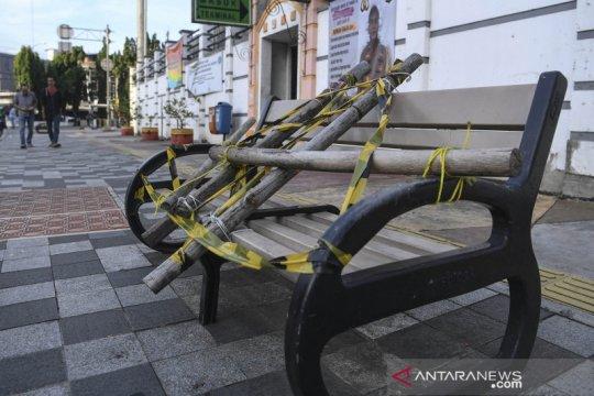 Bangku trotoar di Rawamangun disegel untuk cegah penyebaran COVID-19