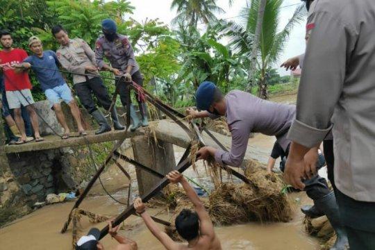 Banjir Cilegon surut warga dan aparat bersihkan lingkungan