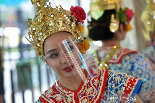 Cegah penularan COVID-19, penari di Thailand tampil memakai pelindung wajah