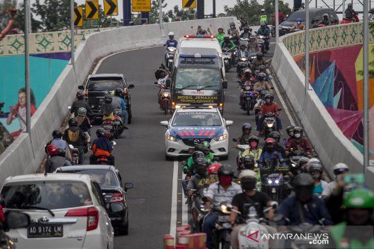 Jenazah Didi Kempot dibawa menuju tempat pemakaman di Ngawi