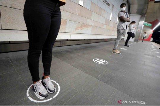 Penerapan social distancing di stasiun trem di Kota Nice
