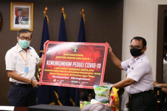 Yasonna salurkan paket bansos untuk warga Jatim dan Sumsel