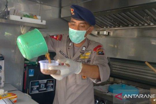 Brimob Polda Sumut bagikan ratusan makanan di Medan