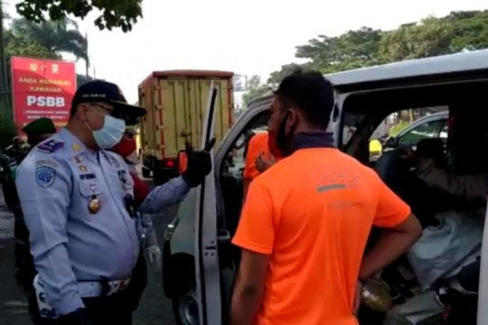 Dishub Kota Bandung temukan pemudik sembunyi di mobil logistik