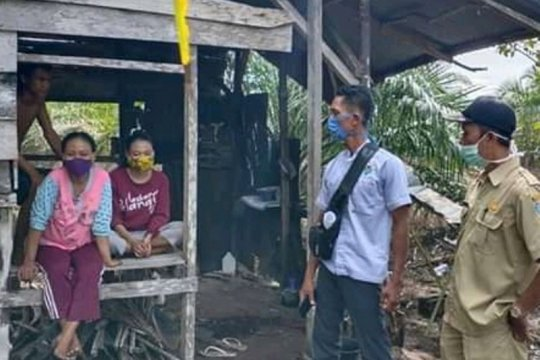 Sepulang dari Jakarta, ibu dan dua anaknya mengisolasi diri ke ladang