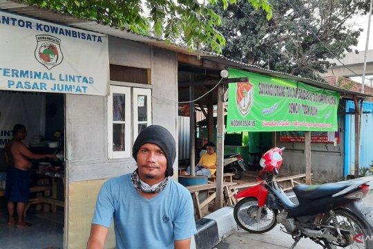 Pekerja Terminal Lebak Bulus patungan untuk beli makan