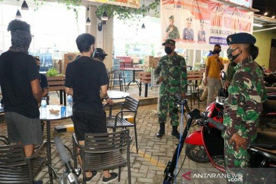 Lanud Haluoleo patroli sekaligus bagi masker ke warga cegah COVID-19