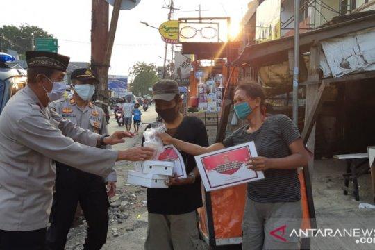 Warga terdampak COVID-19 di Jakbar dapat bantuan takjil