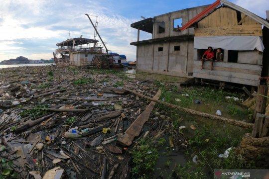 Kurangnya kesadaran warga, Sungai Batanghari dipenuhi sampah
