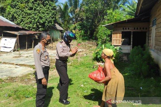 Polisi Simpangteritip bagikan sembako kepada warga pinggiran