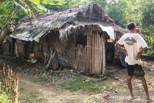 Bupati Bogor beri bantuan tukang roti tinggal di gubuk yang viral