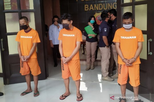 Ferdian Paleka diborgol dan kenakan baju tahanan saat diekspos polisi