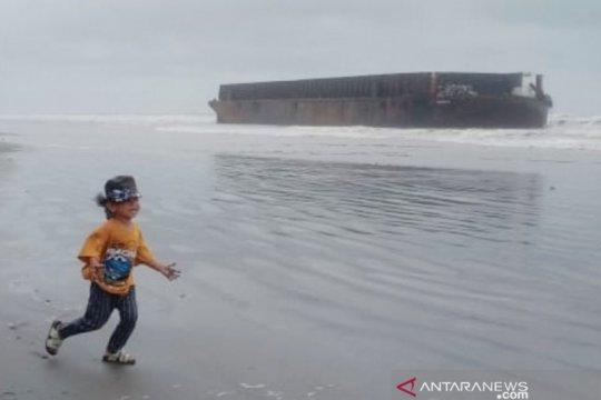 Badai sebabkan kapal tongkang di Aceh Barat terdampar di bibir pantai