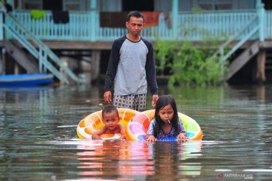 Manfaatkan banjir untuk belajar berenang