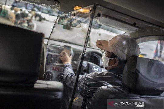 Pengemudi taksi daring pasang pembatas plastik guna cegah penyebaran COVID-19