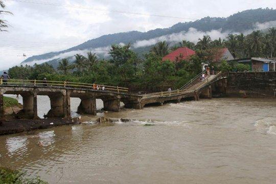 Diterjang banjir, jembatan Desa Pulau Negara OKU Timur-Sumsel ambruk