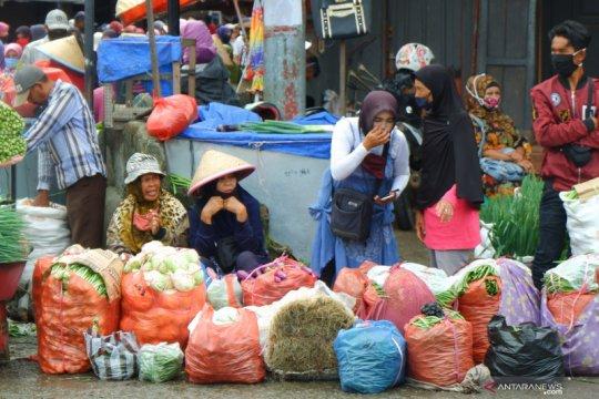 Aktivitas pasar sayur saat PSBB di Padang