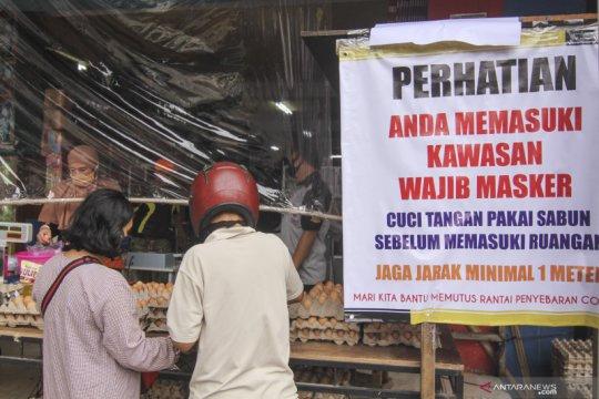 Penjual telur gunakan tirai pelindung plastik