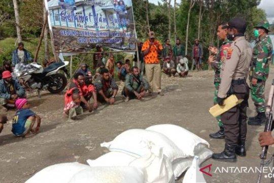 Tentara dan polisi di Tolikara kawal penyaluran bantuan sosial