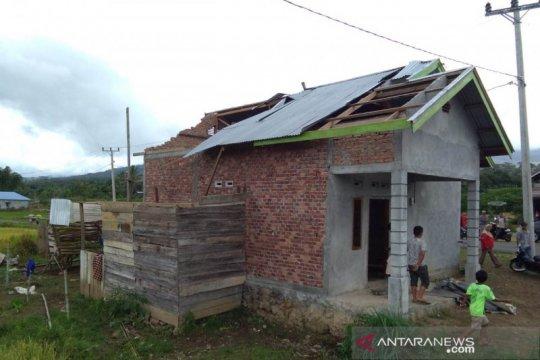 Belasan rumah rusak diterjang angin puting beliung