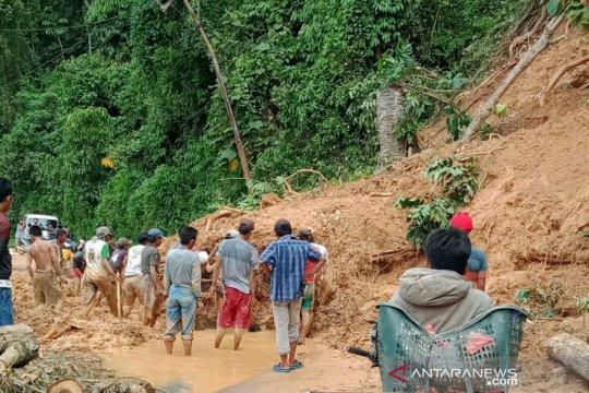 Akses jalan Pulau Beringin OKU Selatan lumpuh total akibat longsor