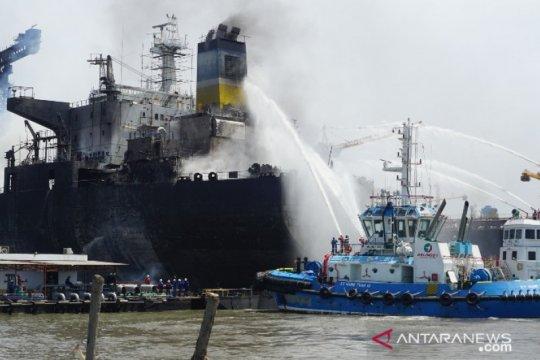 Kapal Tanker di Pelabuhan Belawan terbakar, puluhan pekerja terjebak