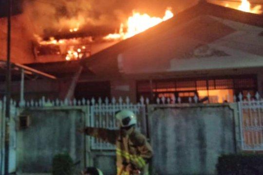 Rumah dua lantai di Pulogadung ludes terbakar diduga akibat korsleting