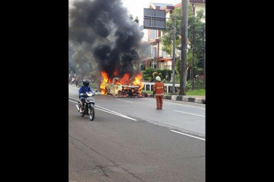 Minibus terbakar di Pondok Indah diduga akibat gangguan mesin