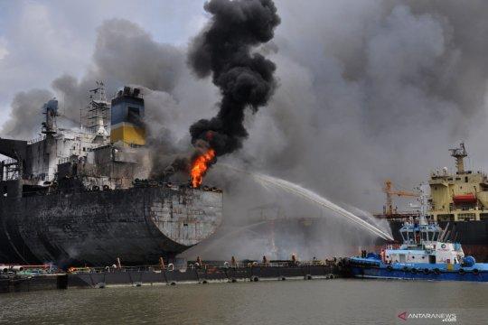 Kapal tanker docking di Belawan terbakar, evakuasi terus dilakukan