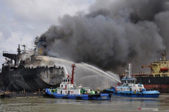 Kemarin, kapal tanker terbakar hingga Bandara Soetta membludak