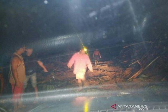 Seorang warga OKU Selatan tewas terkena material longsor