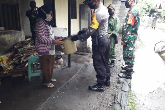 Kodim Sleman bagikan tempat cuci tangan di kampung seputar Indogrosir