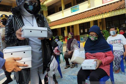 Istri Mendagri Tito bagikan ratusan paket sembako di Tegal Alur