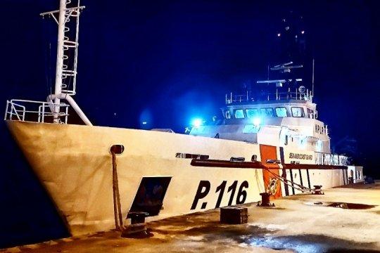 Kapal patroli Surabaya selamatkan tiga nelayan dari kapal tenggelam