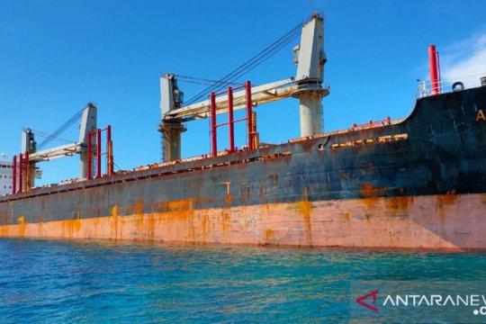 Petugas periksan ABK MV Asia Pearl IV yang kandas di Belitung