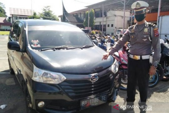 Polisi kandangkan minibus yang terobos Posko Pantauan COVID-19