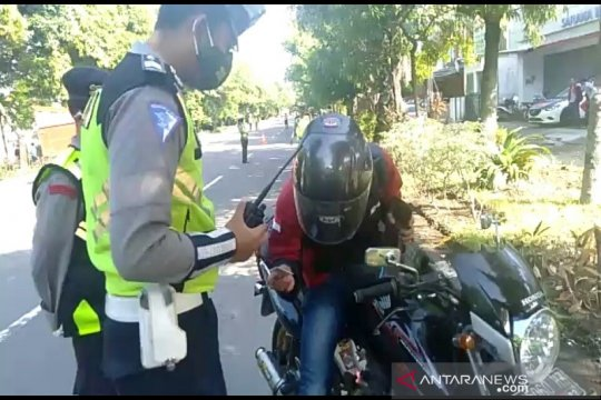 Polisi di Surakarta arahkan pemudik ke lokasi karantina