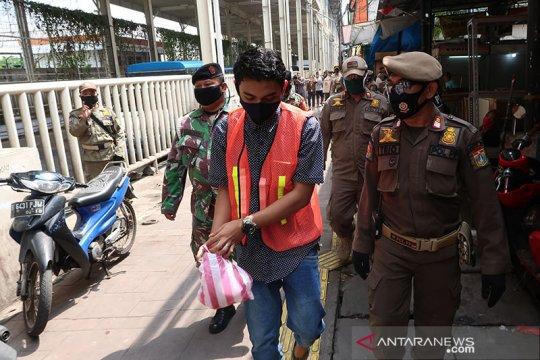 Satpol PP Jakarta Pusat sanksi pelanggar PSBB untuk bersihkan sampah