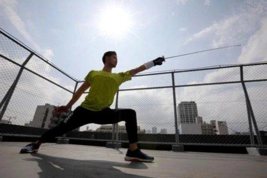 Menunggu Olimpiade, atlet anggar Jepang jadi pengantar makanan