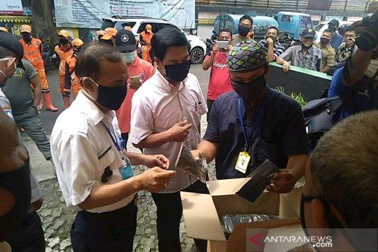 Kelurahan Manggarai terapkan Pergub 41/2020 dengan membagikan masker