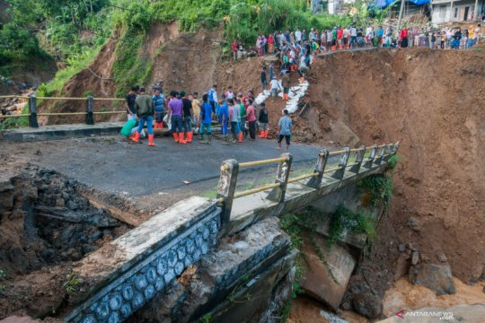 Putus, jembatan ruas penghubung Banten-Jawa Barat