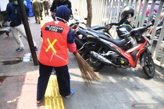 Kemarin, sanksi sosial pelanggar PSBB hingga Pergub diminta jadi Perda