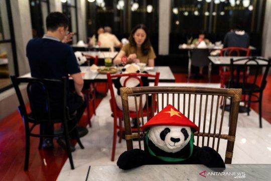 Restoran gunakan boneka untuk jaga jarak