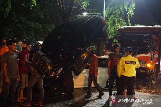 Kecelakaan beruntun 4 mobil di Kota Medan