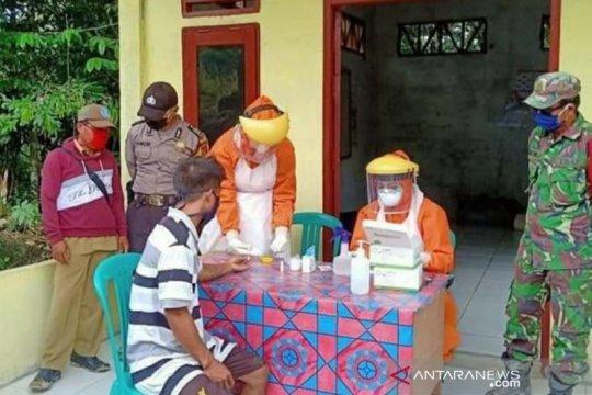 Tim gabungan 'rapid test' 14 TKI dari Malaysia di Kabupaten Sanggau