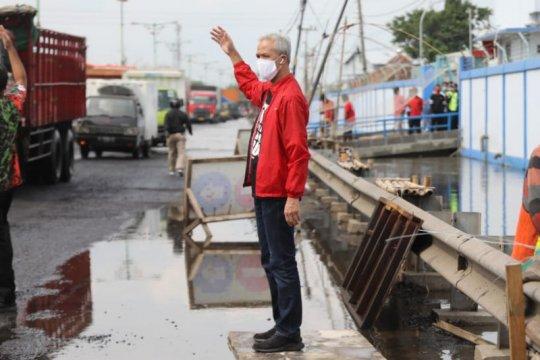 Ganjar Pranowo turun atur lalu lintas saat terjebak macet di Pantura