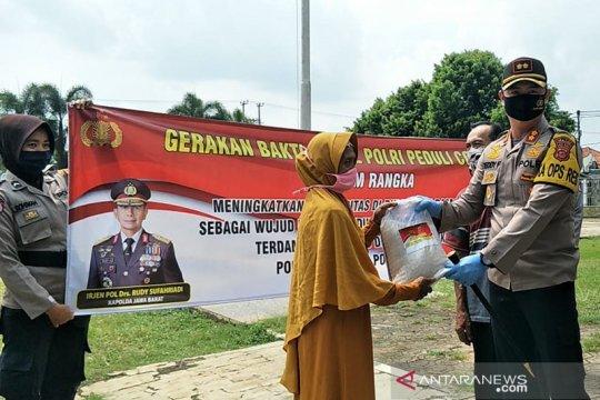 Polres Subang bagikan ratusan paket beras ke warga terdampak COVID-19