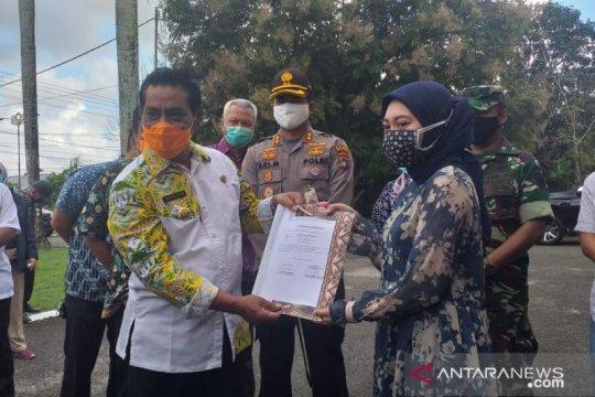 Bupati Belitung lepas kepulangan dua pasien sembuh COVID-19