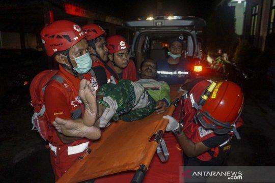 Evakuasi korban kapal nelayan terbalik di Pekalongan