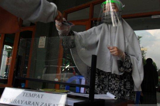 Petugas amil zakat gunakan pelindung wajah